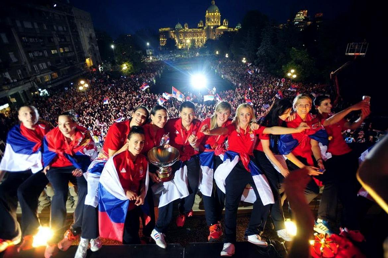 Košarkašice reprezentacije Srbije na terasi Skupštine grada