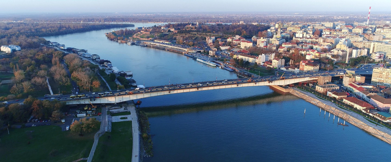 Projektom rekonstrukcije Brankovog mosta predviđeno je da se zameni 432m biciklističke staze na levoj strani mosta, sa ogradom